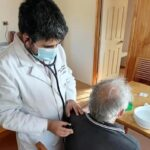 El doctor del pueblo: Reconocido por sus voluntariados en zonas rurales, Tomas Lagomarsino podría ganar las candidaturas constituyentes